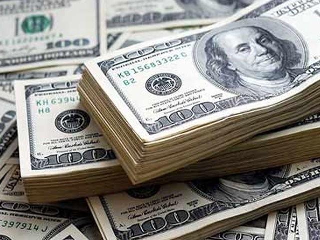 ہفتہ وار کاروبار کے دوران انٹربینک و اوپن مارکیٹ میں ڈالر کی قدر153روپے سے نیچے آگٸی۔(فوٹو:فائل)