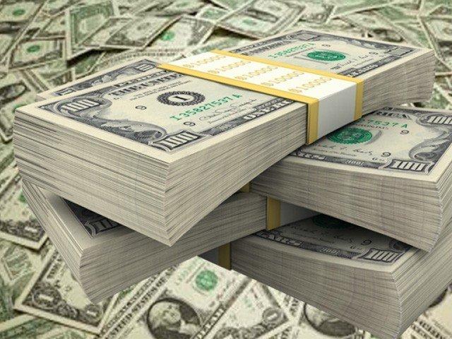 انٹربینک مارکیٹ میں ڈالر کی قدر اتارچڑھاؤ کے بعد مزید 22 پیسے بڑھ کر 155.91 روپے پر بند ہوئی (فوٹو : فائل)