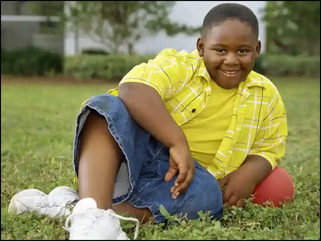 سیاہ فام بچوں کو موٹاپے کی وجہ سے مذاق کا زیادہ نشانہ بنایا جاتا ہے، نتیجتاً وہ زیادہ کھاتے ہیں اور جوانی میں بھی موٹے رہتے ہیں۔ (فوٹو: انٹرنیٹ)