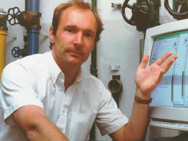 ورلڈ وائڈ ویب کے موجود ٹم برنرس لی کا تحریر کردہ کوڈ اب نیلامی کے لیے بطور این ایف ٹی فروخت کیا جارہا ہے، اس پرانی تصویر میں وہ مانیٹر پر کوڈ کے ساتھ موجود ہیں۔ فوٹو: سی این این