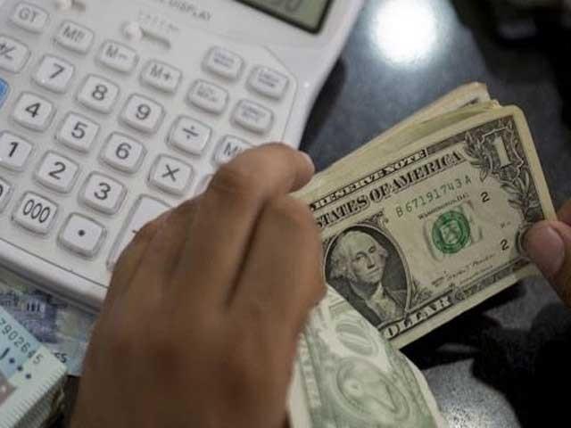 قرضوں کی ادائیگی اور درآمدی بلوں کی وجہ سے زرمبادلہ کے ذخائر پر دباؤ بڑھنے سے ڈالر کی قدر میں اضافہ دیکھنے میں آیا(فوٹو:فائل)