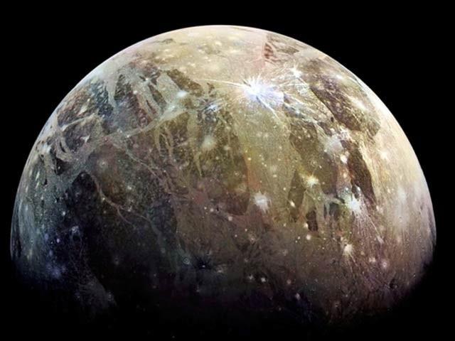 ماہرین نے ہبل خلائی دوربین اور جونو کے ڈیٹا سے مشتری کے چاند جینی میڈ پر آبی بخارات کا انکشاف کیا ہے۔ فوٹو: فائل