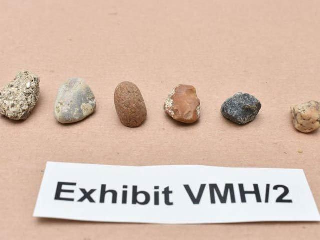 تصویر میں دکھائی دینے والے سات معمولی پتھر سات قیمتی ہیروں سے بدلے گئے ہیں جن کی مالیت 90 کروڑ روپے تھی۔ فوٹو: سی این این